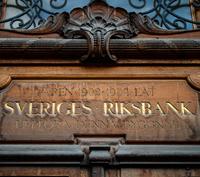 Riksbanken fortsätter kampen om inflationen och låter räntan ligga kvar på rekordlåga -0,35 procent