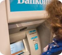 Bankerna bör vara skyldiga att hantera kontanter, anser Riksbanken