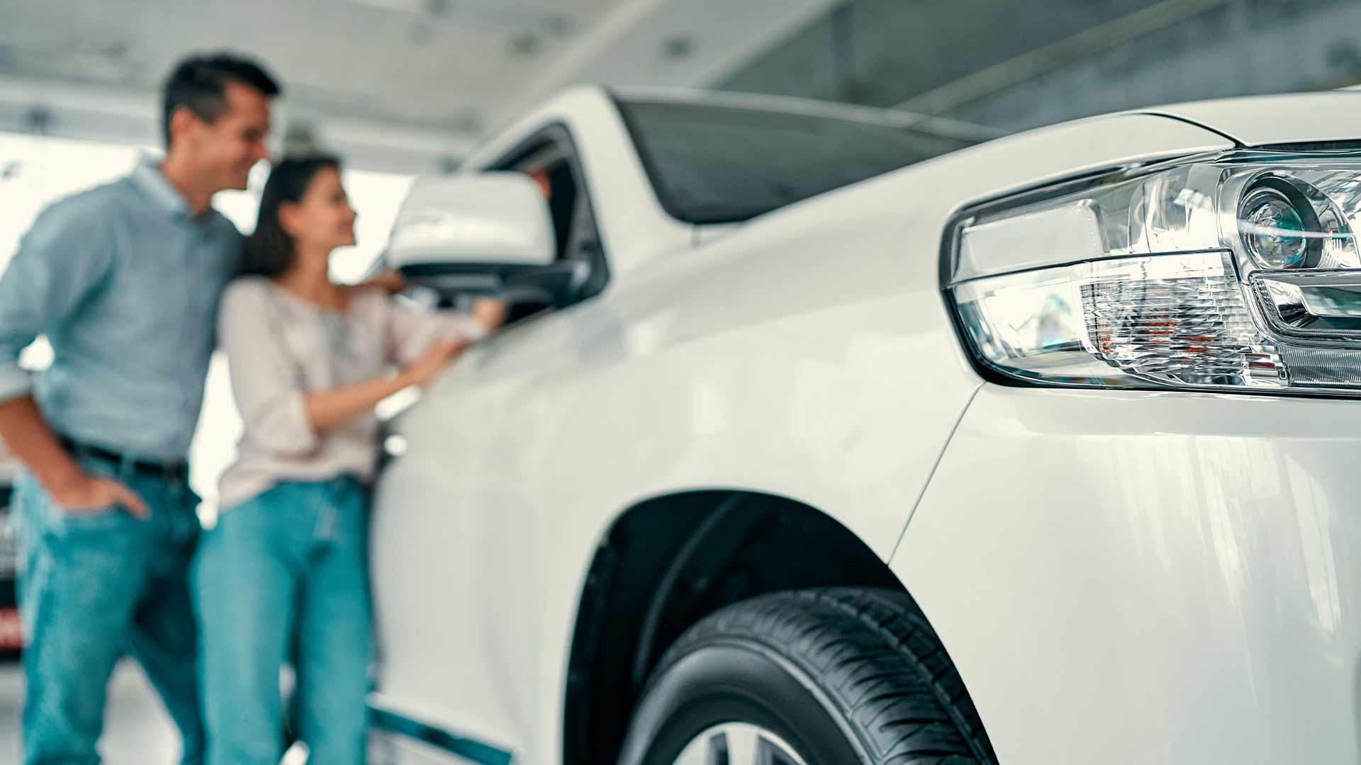 Kvinnor väljer bil efter säkerhet och män efter pris